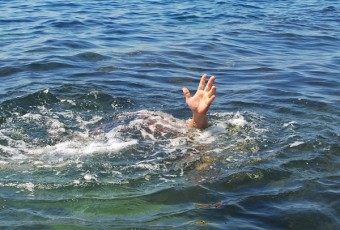 Sinking person calls on help