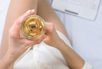 Drinking two glasses of wine before bed reduces fat
