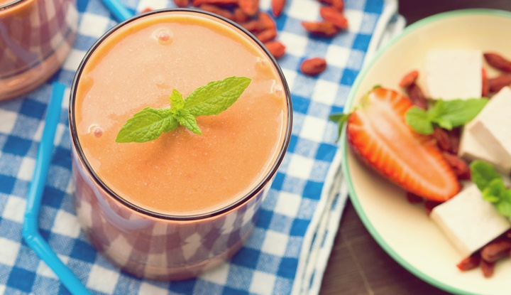 Strawberry smoothie with tofu and goji berries