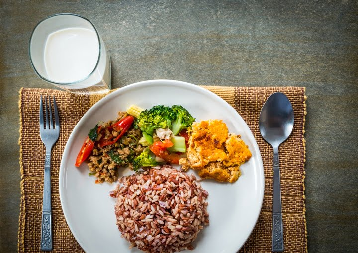 Brown rice with side dish and milk.