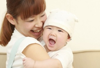 what happen when mom hug baby