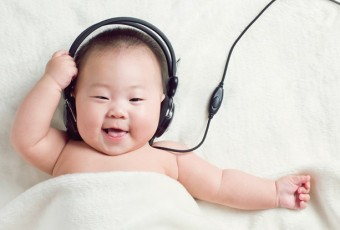 Baby girls are listening to the music
